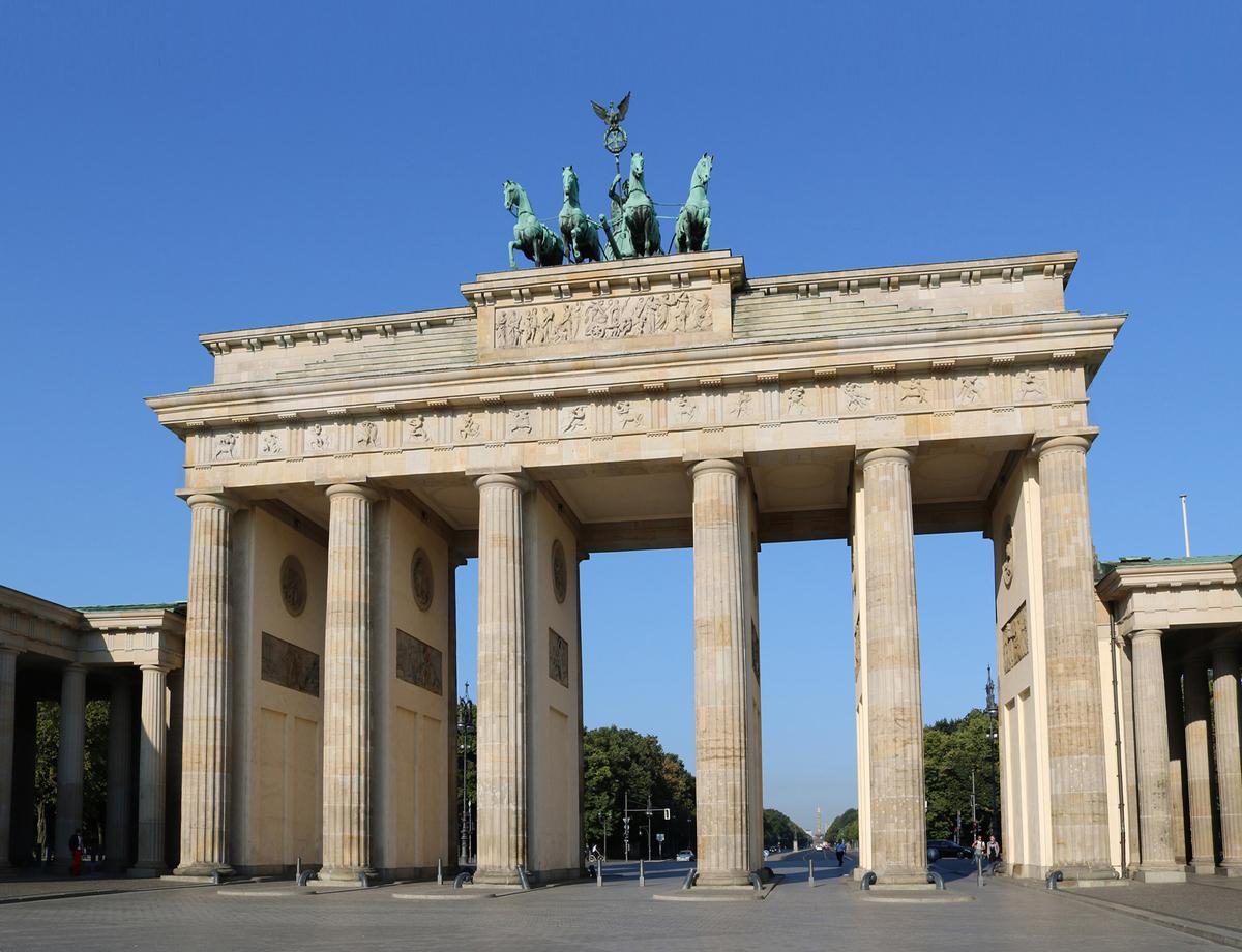 Grüne Innenräume durch Bürofloristik in Berlin. Professionelle Pflanzenpflege und Pflegeservice