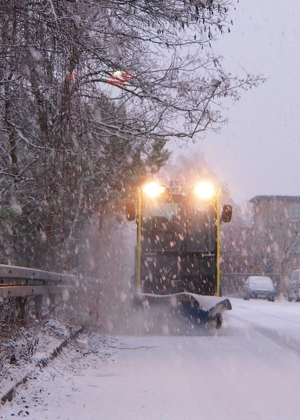 Winterdienst Jena - EInhaltung der Schneeräumpflicht und Streupflicht. Wir bieten professionelle Gehwegreinigung mehrmals täglich, um Unternehmen und Privatpersonen zu entlasten.